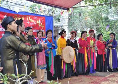 Những liền anh, liền chị CLB Quan họ đình làng Kim Mã trong một buổi giao lưu văn nghệ.
