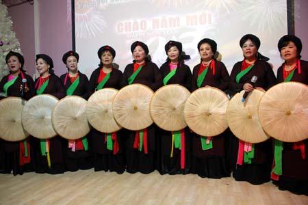 Đội nữ quan họ trình diễn.