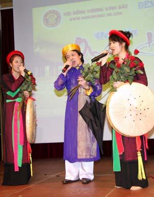 Anh Hoàng Lê và hai con Ngọc Trang, Lan Anh biểu diễn.