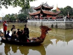 Hát Quan họ trên thuyền tại thủy đình trung tâm đồi Lim. (Nguồn: TTXVN)