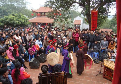 """Du khách nghe """"liền chị nhí"""" hát Quan họ tại hội Lim."""