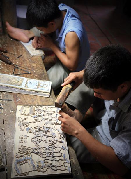 Ngoài tranh in theo lối truyền thống, người thợ Đông Hồ còn làm tranh ván khắc.