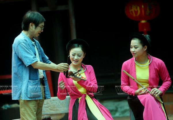 Nghệ sỹ Thao Giang đang hướng dẫn học viên cách đánh sênh trong hát xẩm.