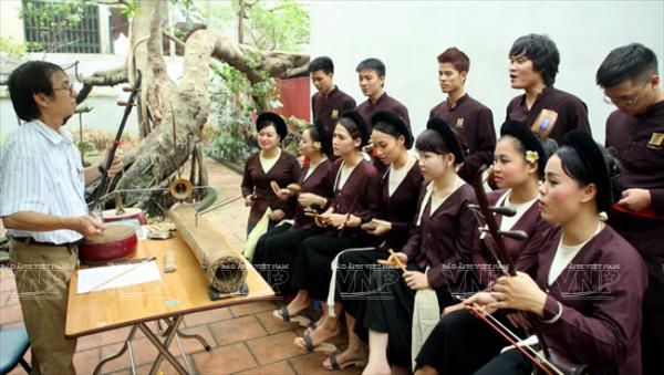 Một buổi học nhạc cụ truyền thống tại đình Hào Nam.