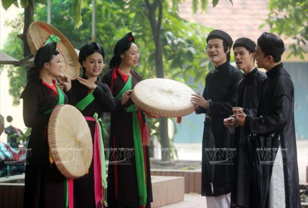 Các học viên của Trung tâm Phát triển Nghệ thuật âm nhạc Việt Nam biểu diễn một làn điệu quan họ Bắc Ninh.