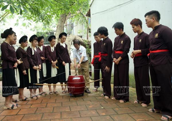 Nghệ sỹ Thao Giang hướng dẫn học viên cách sử dụng trống quan trong hát xẩm.