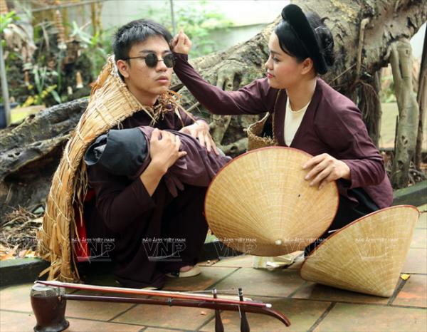 """Tiết mục xẩm """"Vợ chồng nhà xẩm"""" của học viên Trung tâm Phát triển Nghệ thuật âm nhạc Việt Nam."""