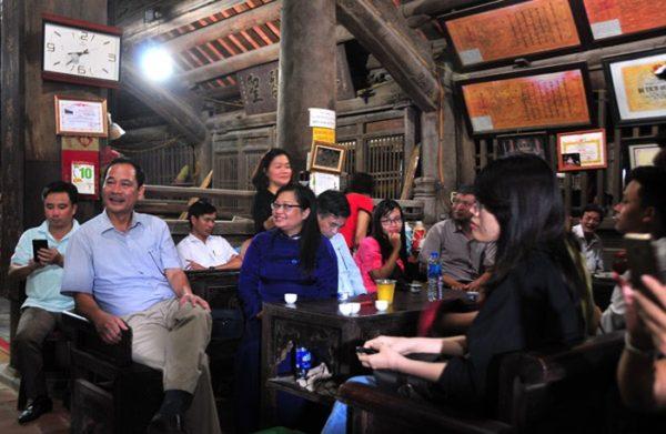 """Các đồng chí đại biểu tỉnh, sở, ngành văn hóa Bắc Giang và du khách dự canh hát,tìm hiểu về tục """"ngủ bọn"""" Quan họ ở huyện Việt Yên."""
