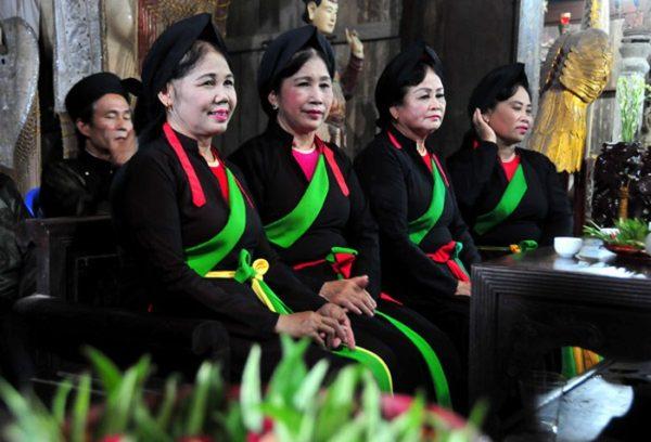 Các liền anh liền chị trong canh hát Quan họ ở huyện Việt Yên.